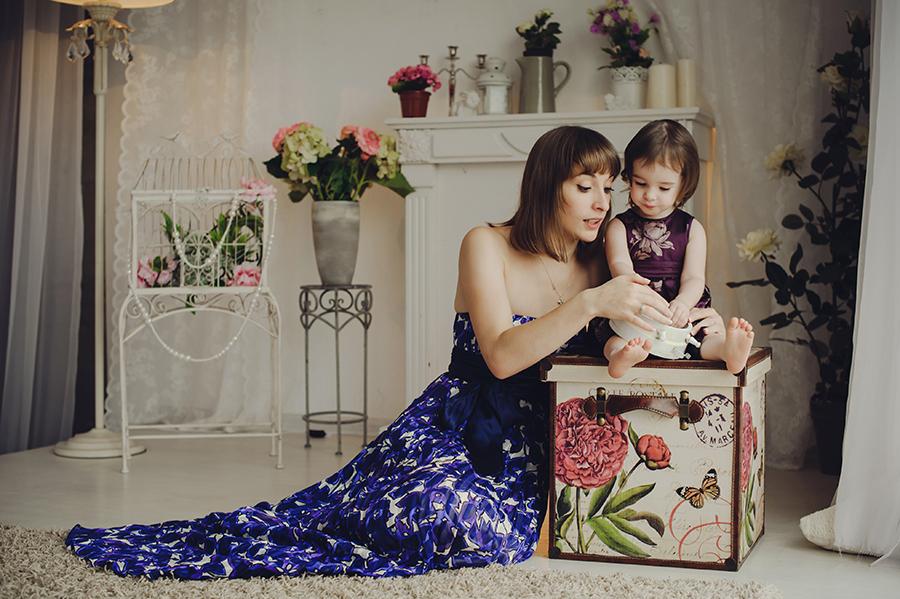 Няня-воспитатель и ребенок